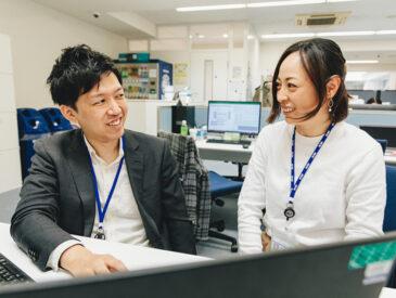 同僚と談笑中の松村さん
